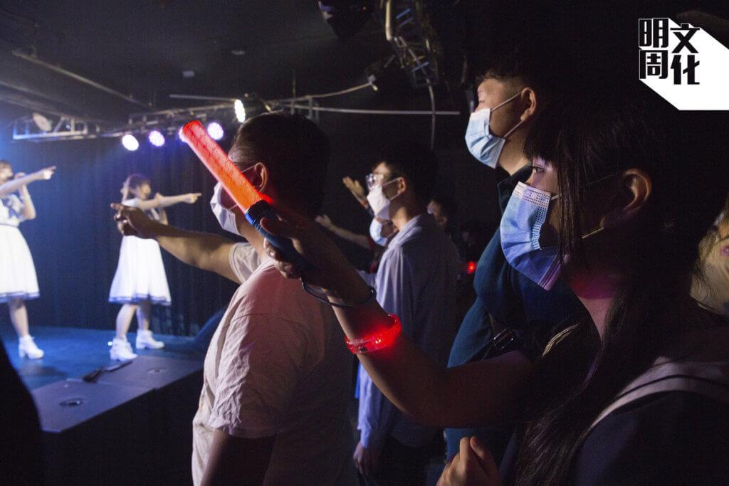 乙女新夢成員在台上指向前方,乙女飯在台下指回五女作互動交流。