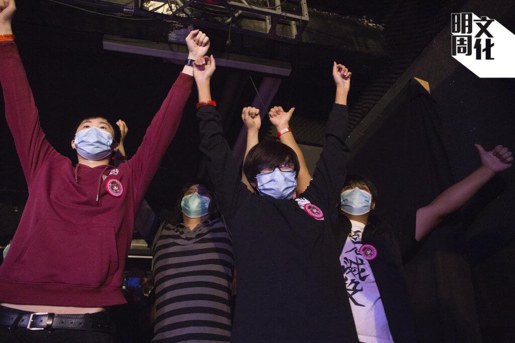 夜月(右二)和朋友舉起雙臂跳動,全情投入,難怪完騷後渾身是汗。