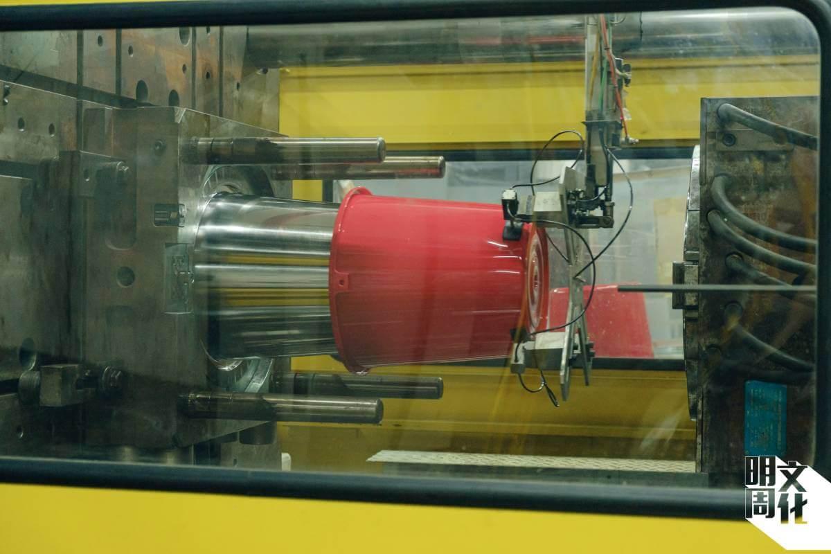 紅A的廠房年中無休生產塑膠產品,視乎產品大小,每日生產過千件。