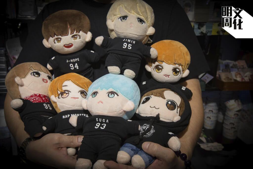他們抱起七隻娃,恍若在抱寶貝兒子一樣。