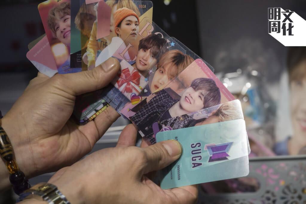小店詢問度極高的鐵盒中,放了韓星透明卡片,方便粉絲收藏。