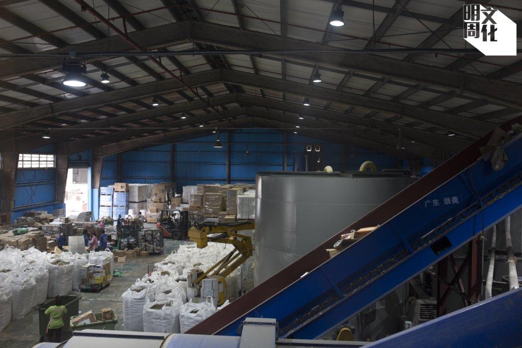 葉文琪笑言,廠房的紙包飲品回收生產線,「可能是全世界最細的一條打漿線」,是本地師傅憑着肯搏肯試的精神所成就的。