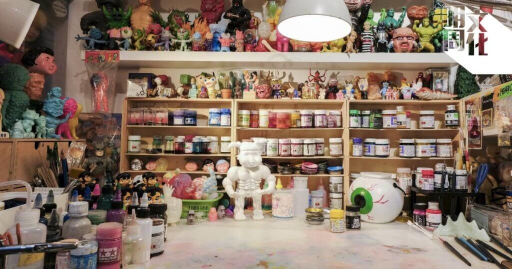 LeeeeeeToy是本地獨立玩具品牌,工作室位於觀塘,擺滿琳瑯滿目的玩具公仔收藏。