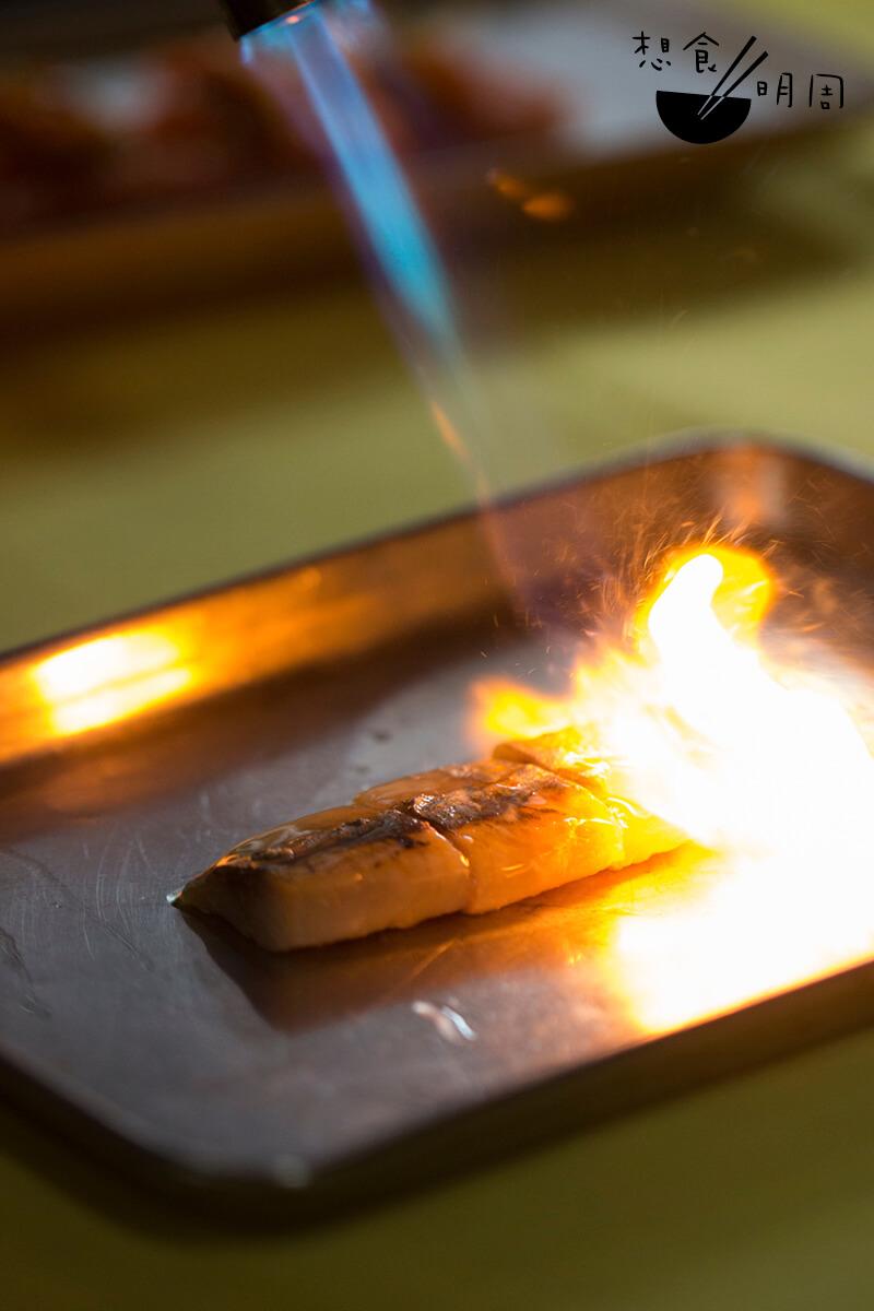 將西班牙直送的煙勳沙甸魚輕輕火炙,隨即飄出陣陣魚油香。