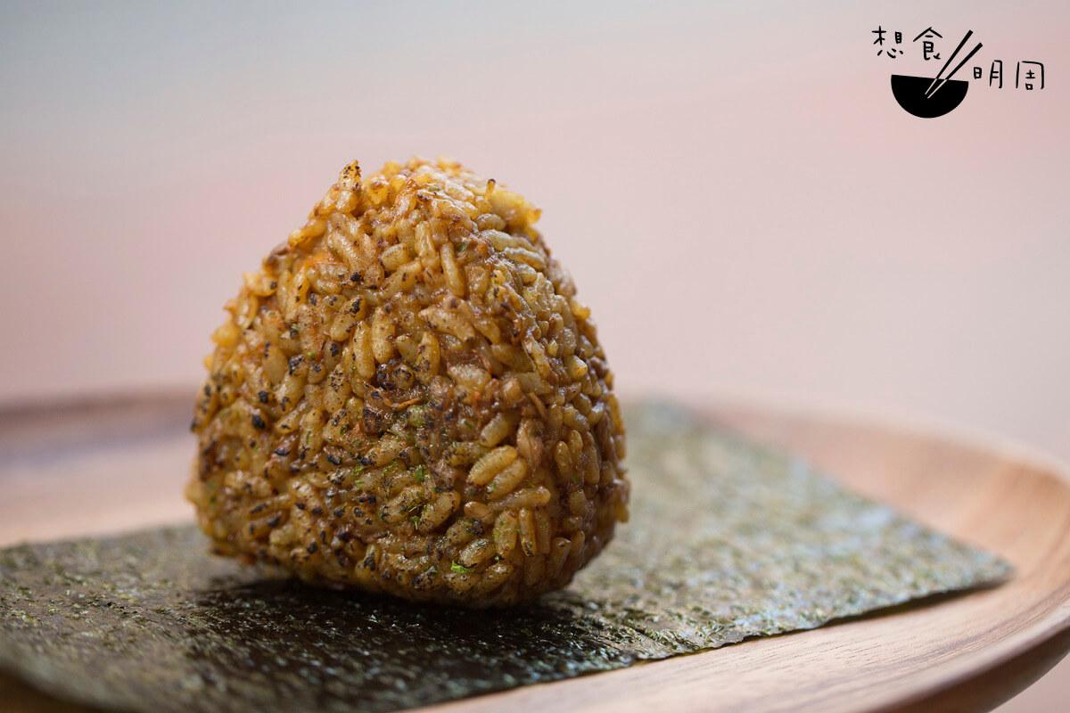 微暖脆卜卜的紫菜,包着濃味的灸燒咖喱牛肉飯糰,每一口都是滿足!
