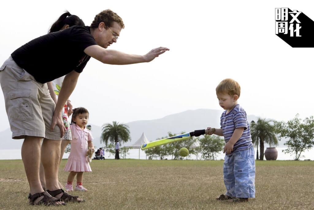 這位家住碧瑤灣的外籍爸爸,趁周末專程帶幾個孩子來打木球;年紀最小的兒子,比標準木球板還要矮呢。