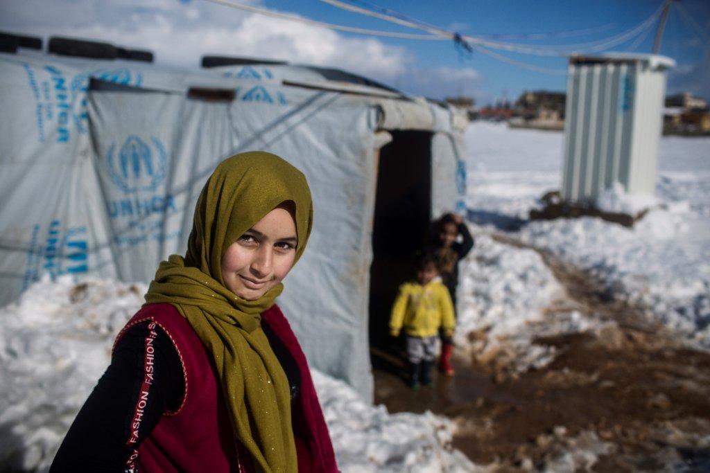 一名來自敍利亞北部拉卡市的難民青年在暴風雪過後,站在黎巴嫩的都爾斯暫時居所的雪地上。© UNHCR/ Diego Ibarra Sanchez