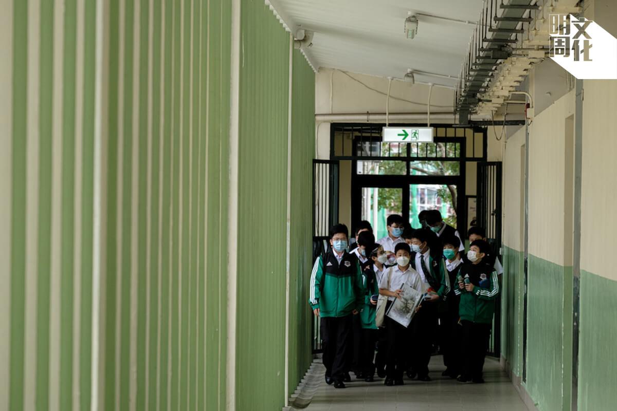 九龍華仁的走廊採用百葉牆的設計,通風透光特別好,每個學生都一定記得自己在走廊奔跑的日子。
