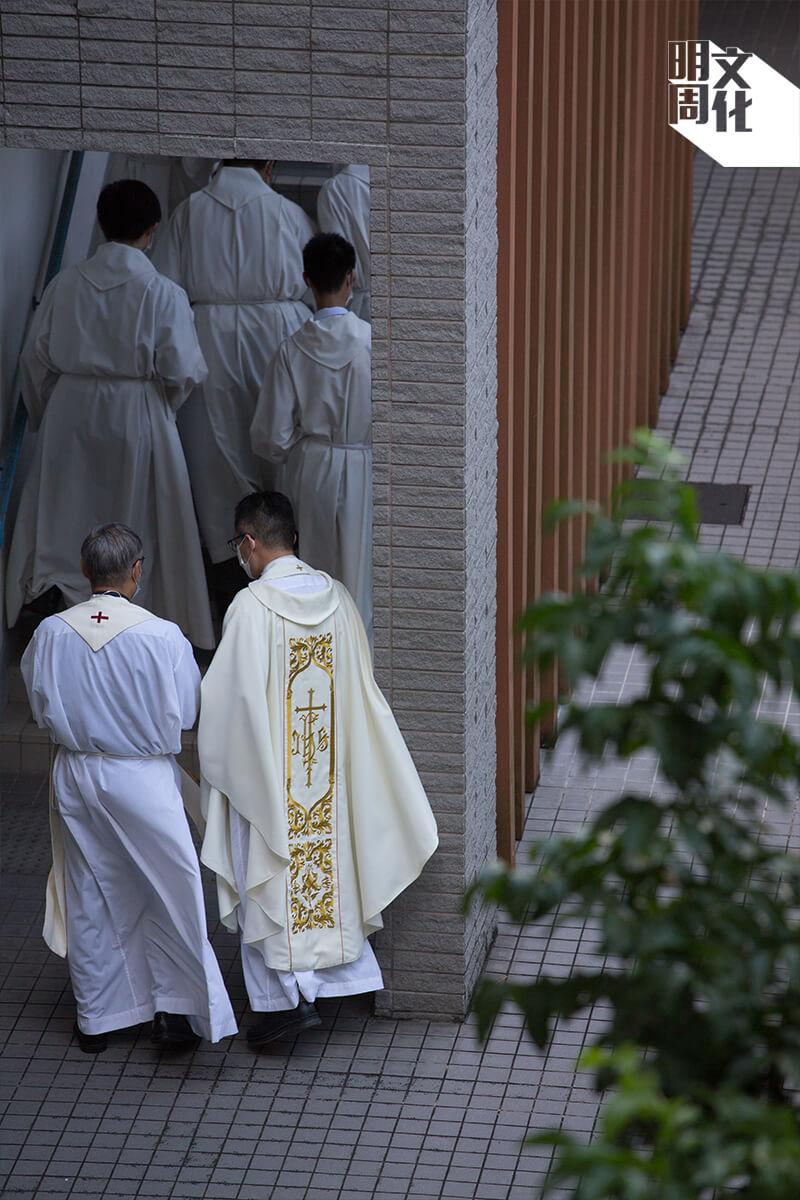 周守仁因為採訪才戴上白色領卡,講道或有宗教儀式才會換上彌撒袍。