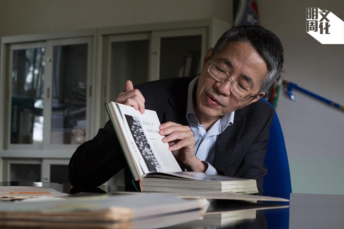 回顧昔日校刊和校報,劉進圖也提起舊同學之間,維繫快要四十年的情誼。