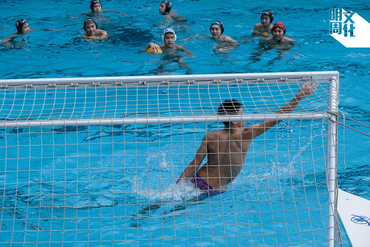 九龍華仁設有水球隊,排名全港前列,由舊生回校擔任教練。