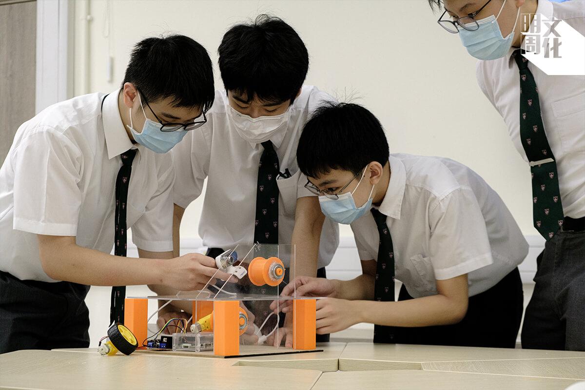 華仁積極推廣STEM教育,九龍華仁學生在疫情期間自製面罩,現正為長者研究人工智能扶手電梯,希望扶手電梯能夠透過人面識別,自動為長者減速。
