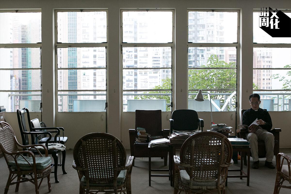 香港華仁的神父宿舍,曾經住到四十位神父。如今只餘幾位神父共居,偌大的讀書室都是空凳,只有在聖誕聚會才會坐滿人。