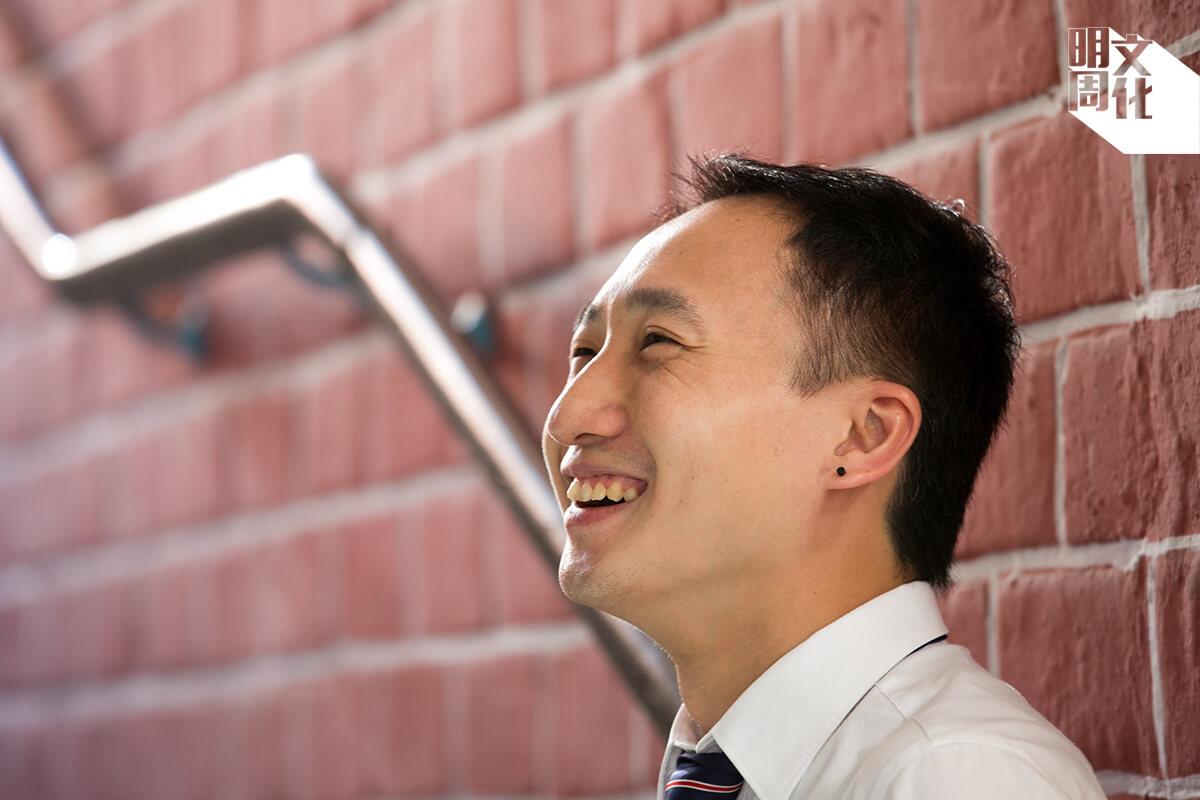 神父鼓勵學生服務他人,余盛名曾經遠赴美國為難民上課。近年,他與其他舊生在香港華仁舉辦教育夏令營,帶領高中生為本地基層學童設計一個快樂又有意義的暑假。