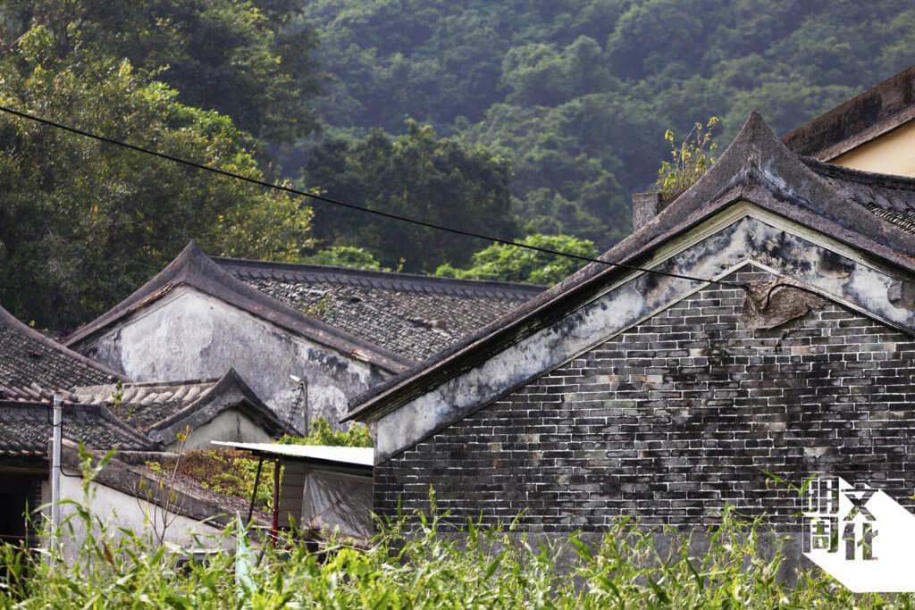張屋全村仍保留金字頂的舊村屋, 列為二級歷史建築。