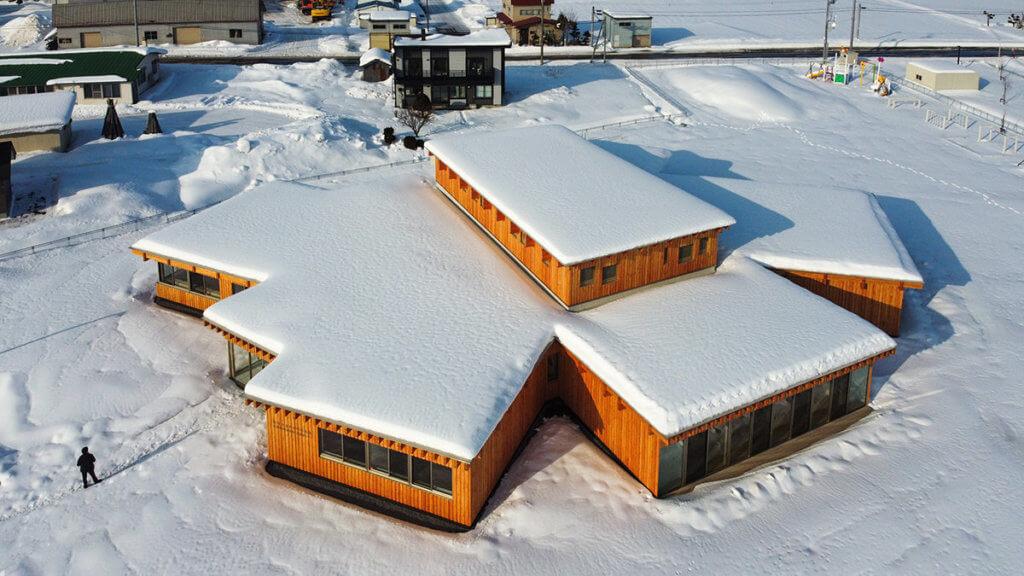 北海道北龍町擁全日本最大規模的向日葵花田,隈研吾以此為靈感,建造出幾何化的向日葵建築。
