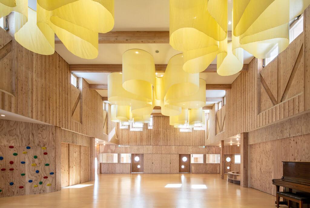 屋頂上有暖黃布幕製作的向日葵花園,與外部建築相呼應。
