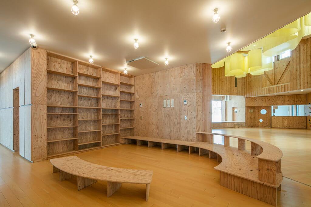 落葉松木色構築了一個溫馨空間,引導孩子接觸大自然。