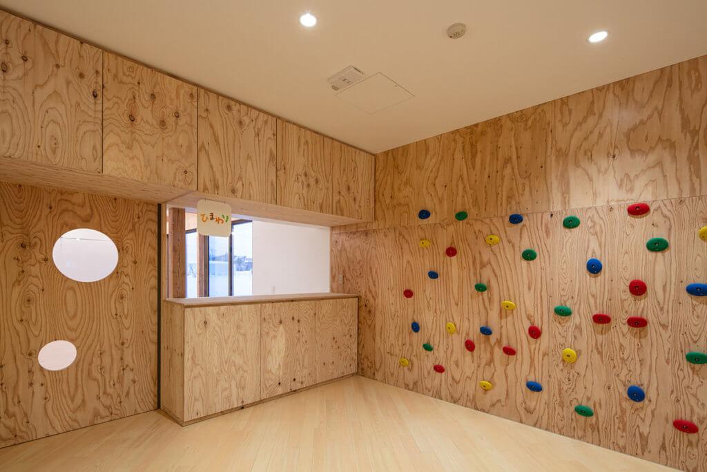 木頭上還設計了攀爬、玩樂的空間。