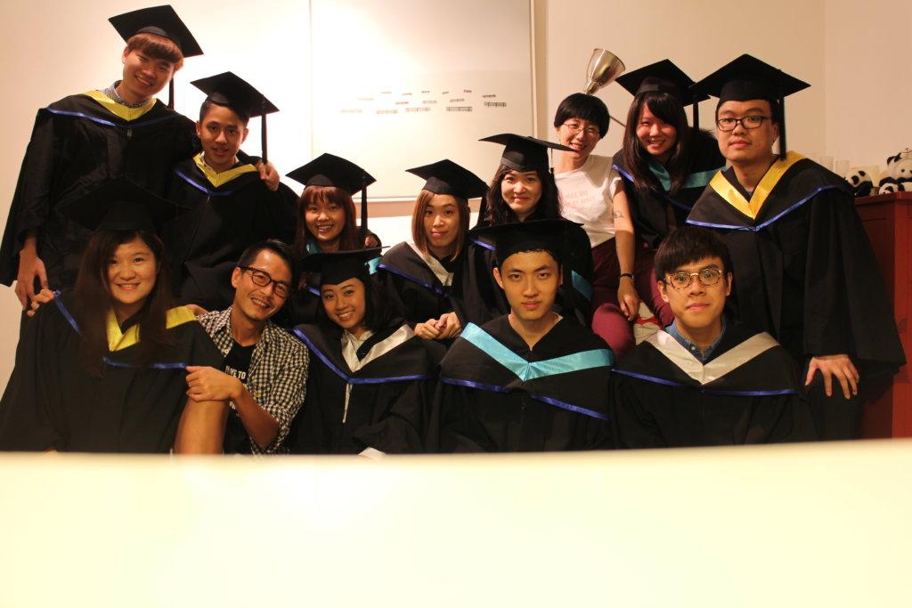 第四屆歌詞創作班同學在周耀輝舊居拍畢業照 圖片:周耀輝歌詞班(一世唔畢業)同學會