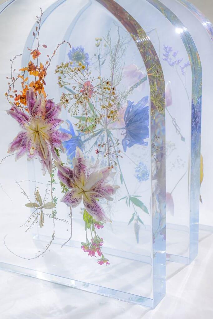 儘管世間萬物變幻莫測,「藝花屏」以押花工藝結合樹脂水晶製成剔透的花藝屏風,留住大自然燦斕的一刻。