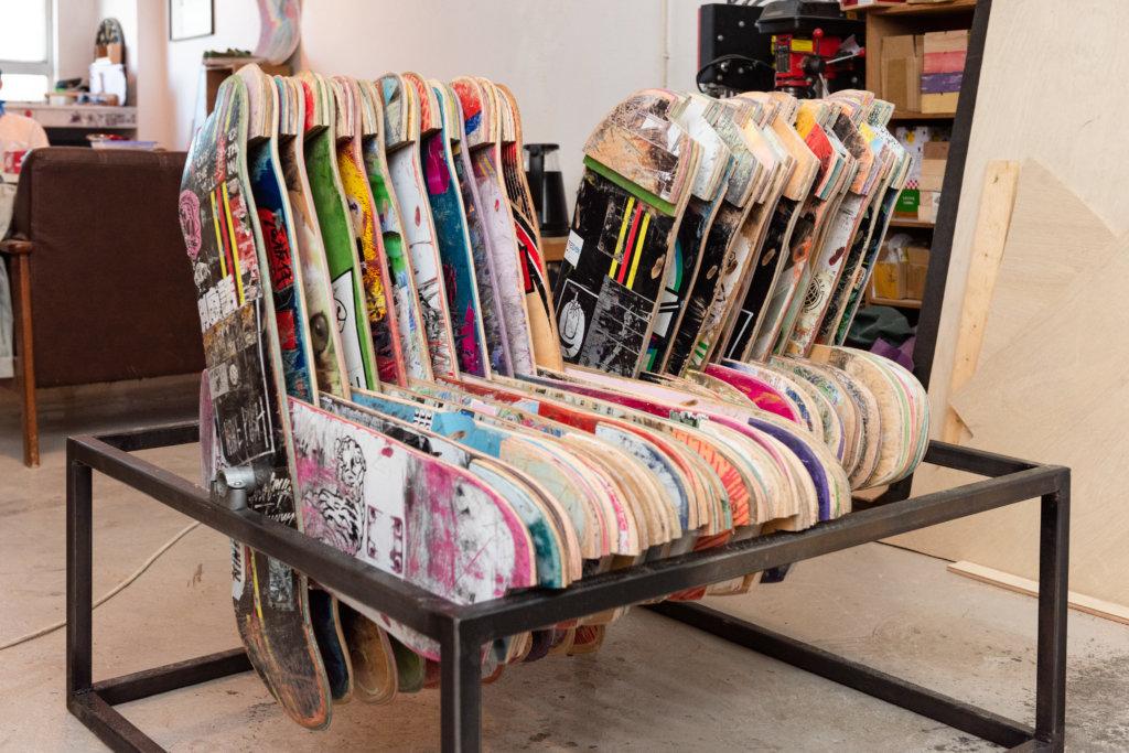 色彩鮮明的滑板座椅參考天星小輪的雙向式設計,方便在狹小的環境中選擇座椅方向,符合香港家居的需要。