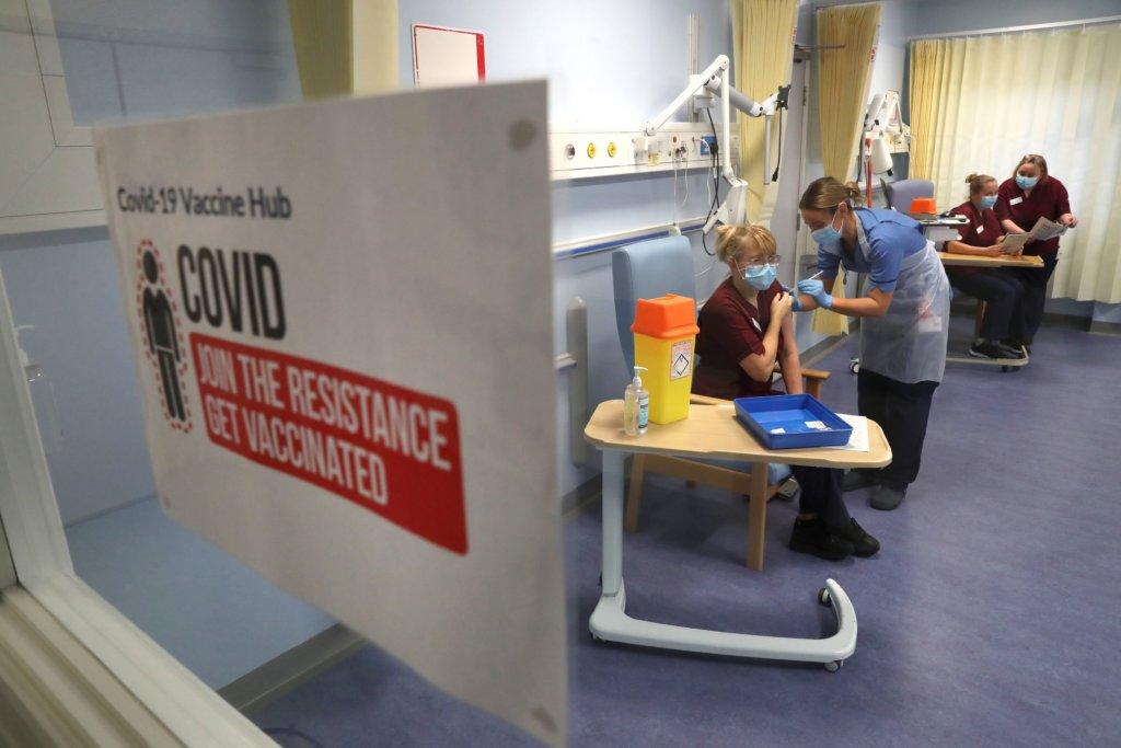 4.英國有五十多家醫院被指定為新管病毒疫苗中樞,是漫長的疫苗接種運動的第一步。