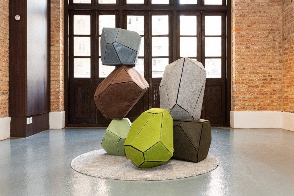 「衡」思坐想組合凳的設計靈感源自石灘上的卵石塔,用家可隨意堆疊,在家居體驗恍如遊樂場的樂趣。