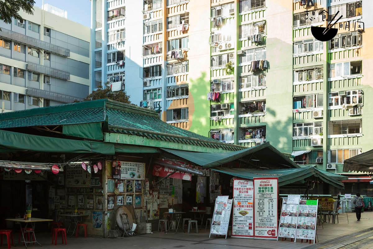 尋找最後的屋邨冬菇亭風味,蕭博士建議可 到南山邨一趟。那裏的冬菇亭熟食檔以西茶、 粥店、粉麵店等組成,是最經典的食店種類。