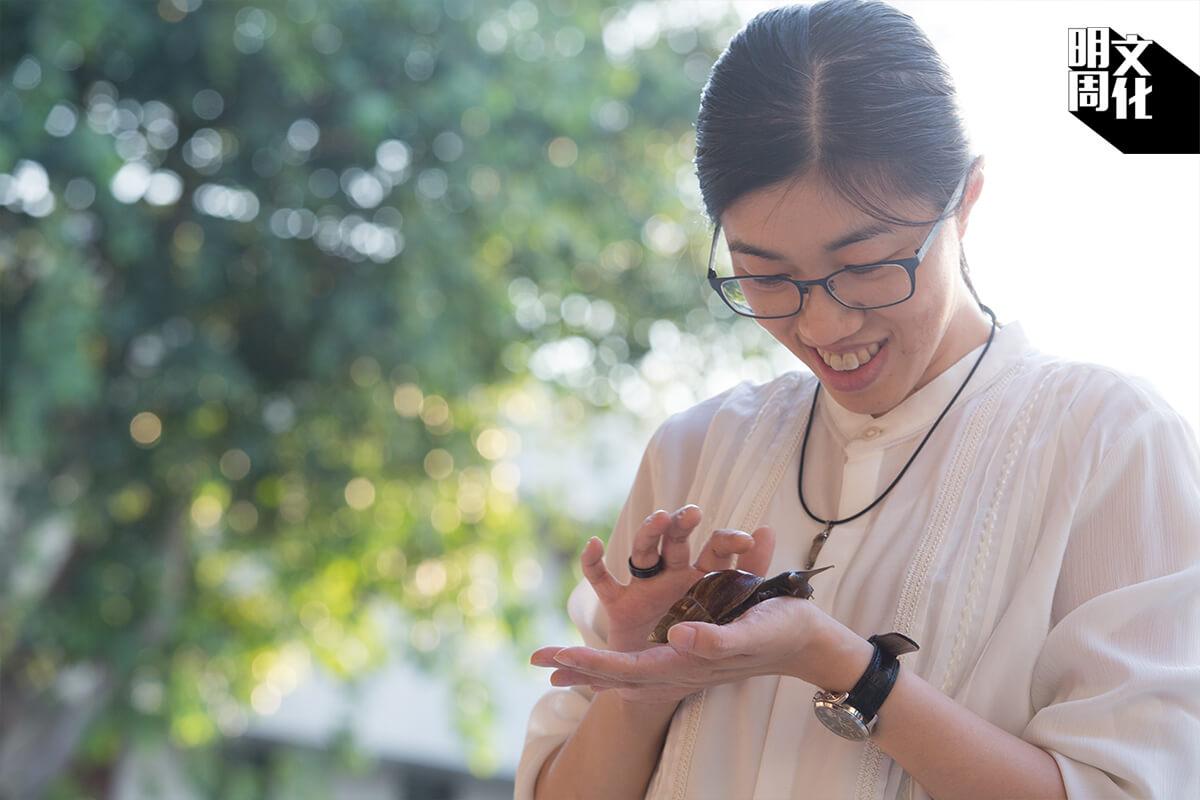 她相信動物皆有情,蝸牛也不例外。