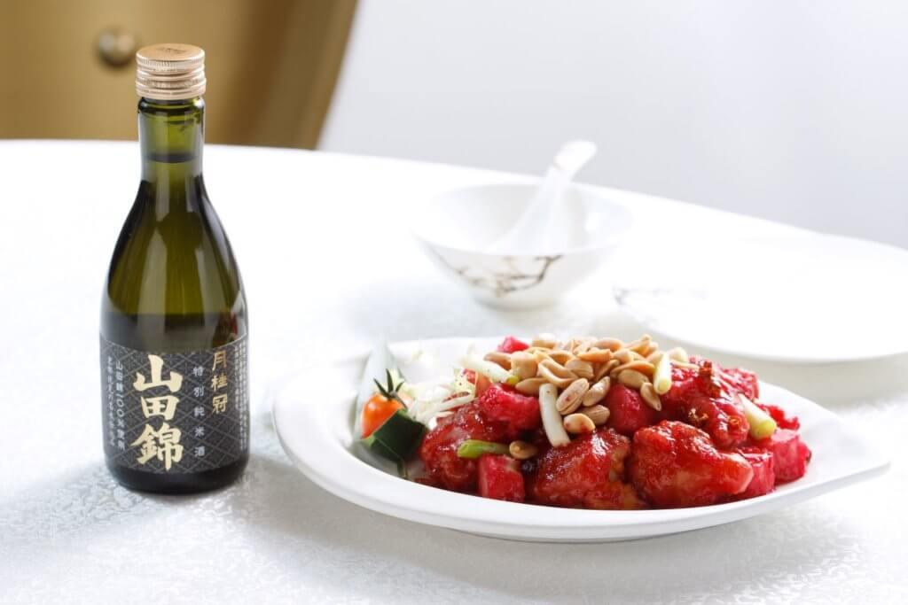 宮保蝦球 配 月桂冠 山田錦 特別純米 (辛辣鮮美跟米味較重的酒香甚為匹配。)