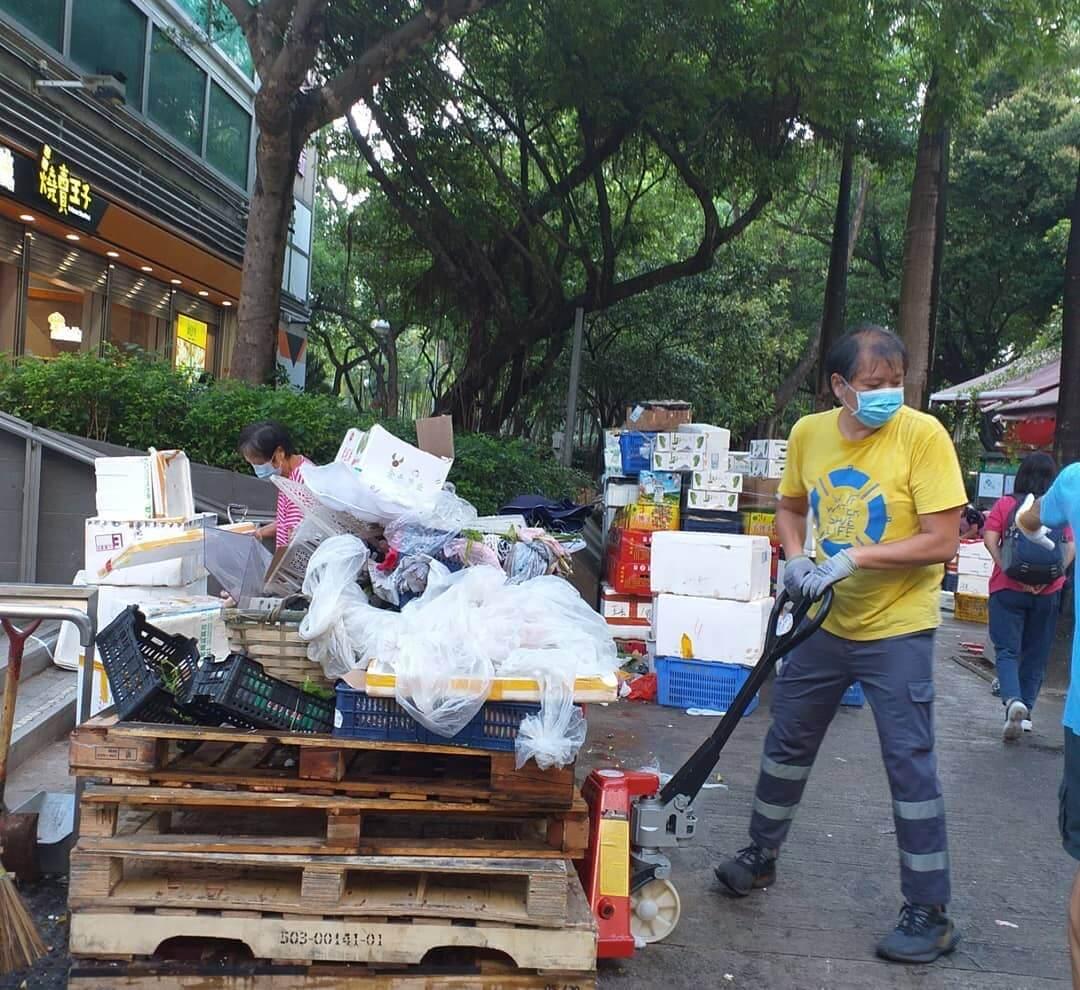 程及部分大埔區議員和街坊曾參與清潔工體驗,親身了解他們的工作。