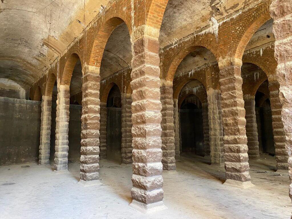 柱身的石材使用較特別的毛石砌切割方法。