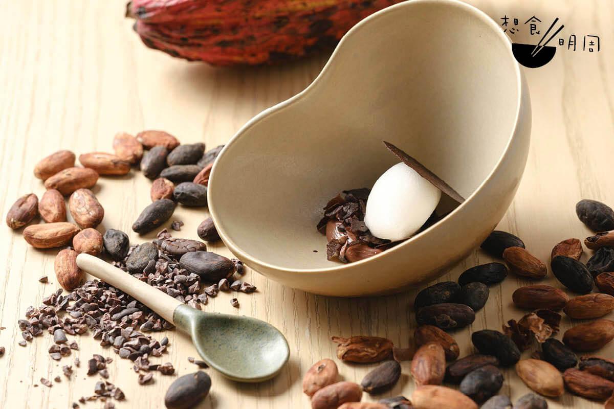 Cacao Trinitario(MONO晚市嘗味套餐之一) 作結甜品,為Ricardo近日的得意之作。選用厄瓜多爾原生可可果,自行發酵、處理,並後製成這份精緻的70%黑朱古力甜品。配荔枝雪葩。