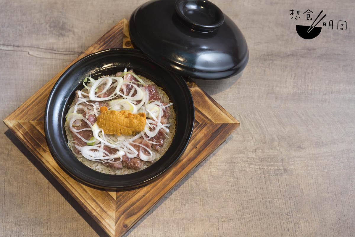 海膽安格斯牛肉煲仔飯//簡單地以美國加州海膽及安格斯牛肉作餸料,但吃來很夠鮮味。配秘製豉油吃,已教人回味。($128)