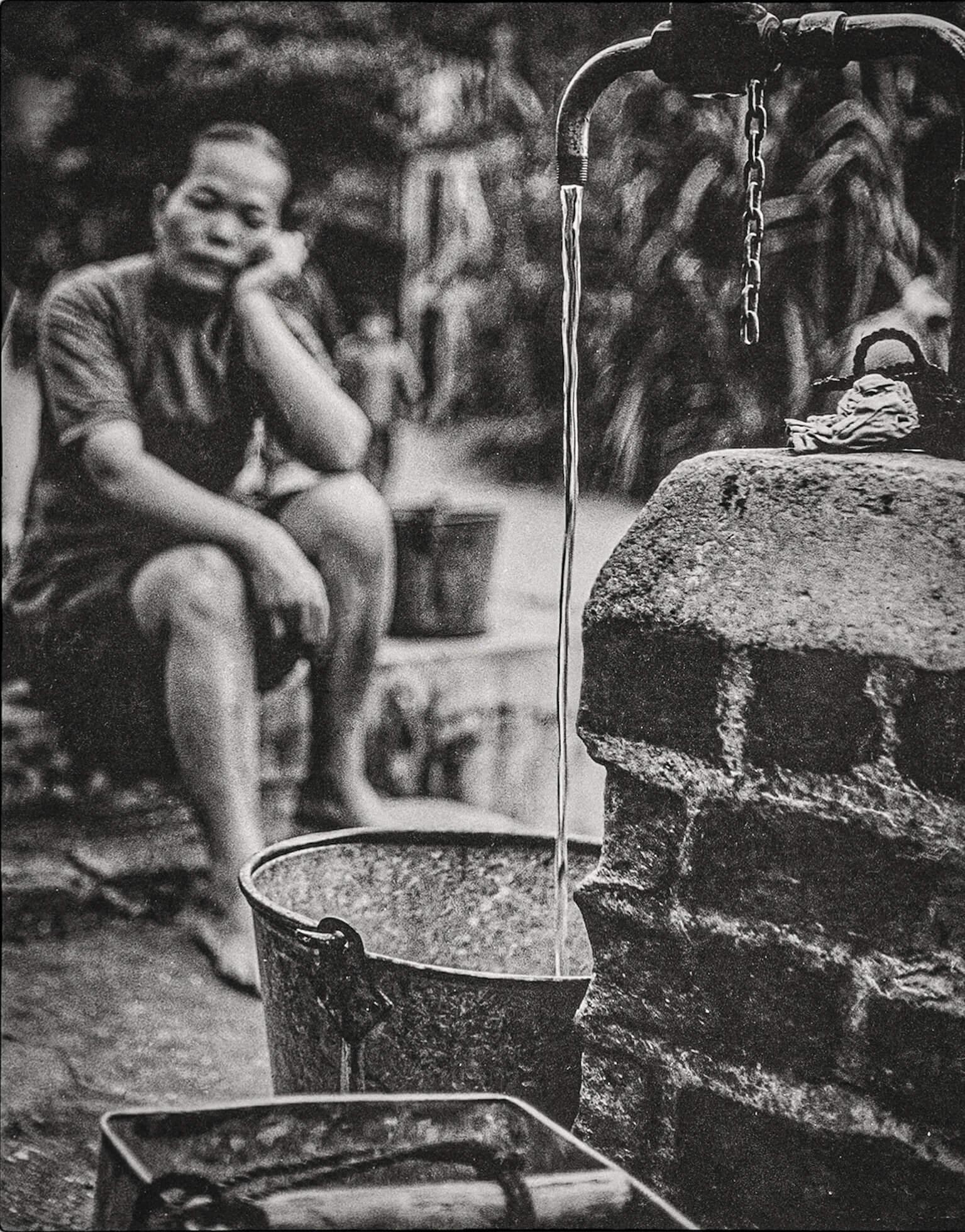 鍾文略以《食水難》,奪得1959年香港攝影學會國際沙龍銀像獎。