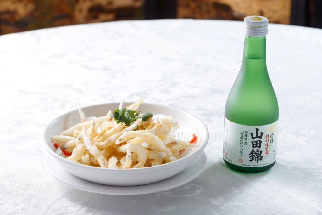 椒鹽白飯魚 配 白鶴 山田錦 特別純米酒 (清酒偏重的米香帶出白飯魚脆香鮮味。)