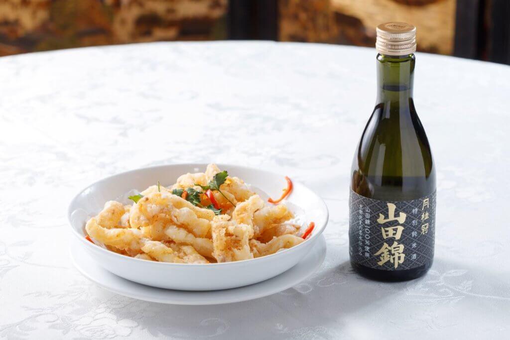 椒鹽鮮魷 配 月桂冠 山田錦 特別純米酒 (鮮魷的香酥鮮美因清酒「旨味」更見豐潤。)