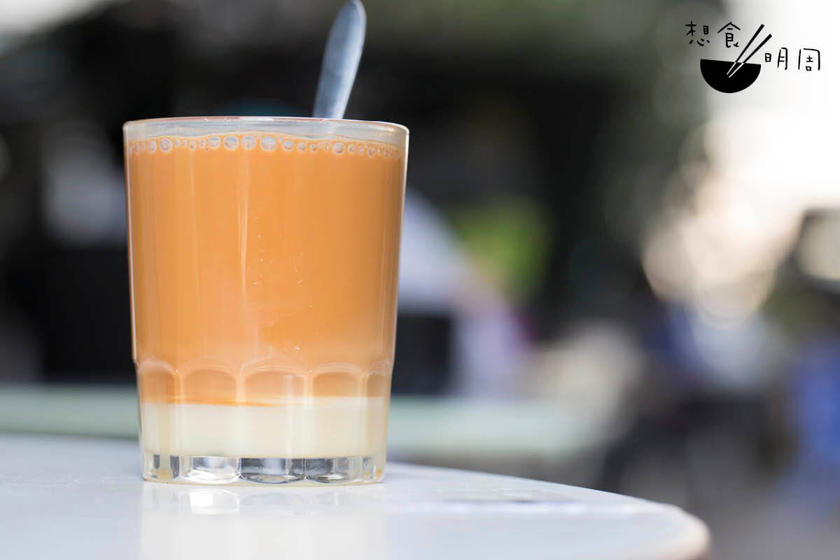 茶走即奶茶加煉奶。蕭博士說,從前的屋邨冬菇亭,例必有一檔專做「西茶」,沖奶茶、咖啡等飲品。