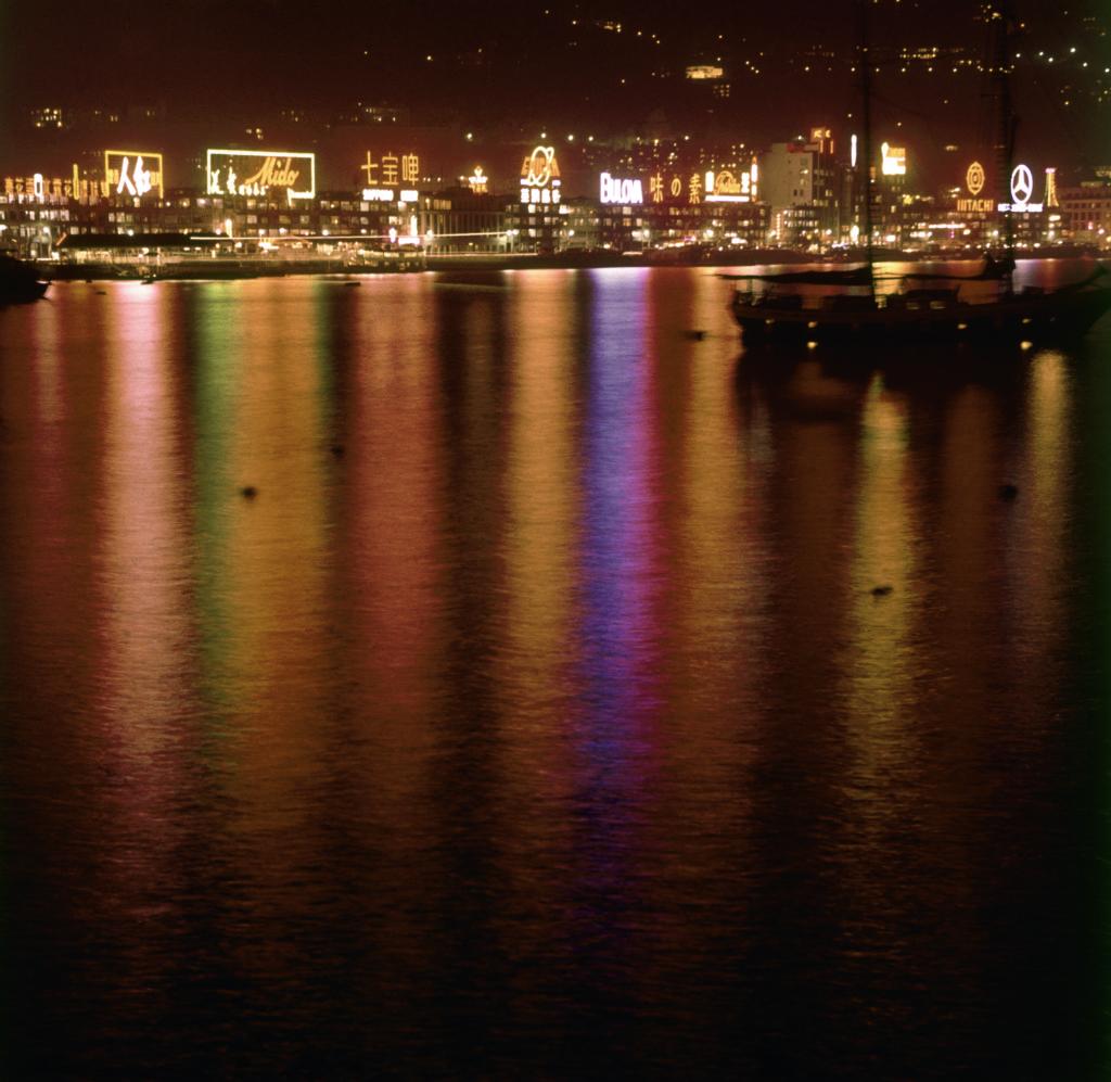 香港曾經佈滿樓頂霓虹招牌,成為維港兩岸的重要景觀。(圖片由政府新聞圖片檔案處提供)