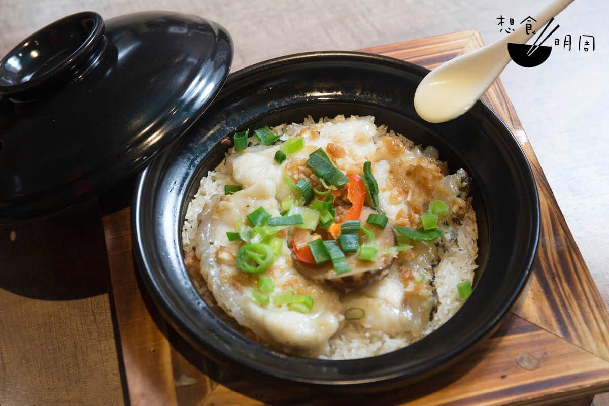 金銀蒜龍躉煲仔飯//以沙巴龍躉肉作主角,不但油脂充足,厚厚的魚皮也有着豐富的骨膠原,想必為女士至愛。配惹味的金銀蒜。($118)
