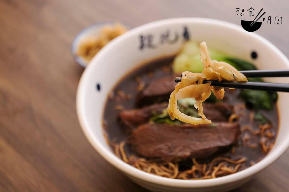 當地人都愛拌入附送的酸菜吃,讓湯麵吃來更清爽。