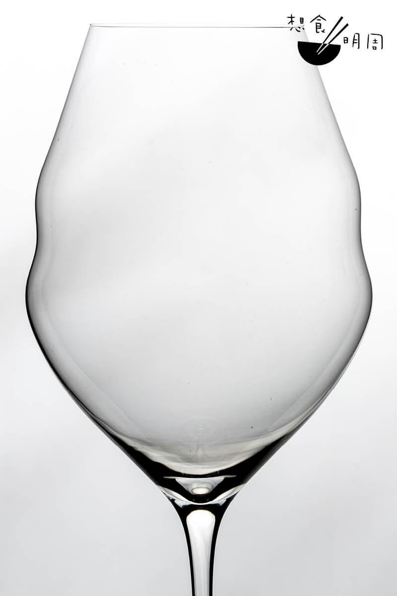 「水」:杯身高而窄,讓葡萄酒更清爽