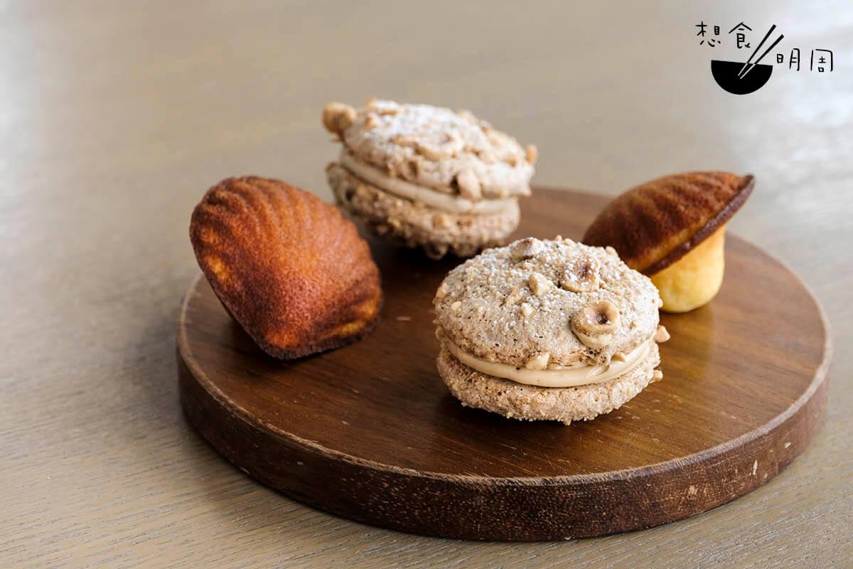 Hazelnut-coffee sandwich & Madeleine//前者像馬卡龍,中間夾了咖啡Butter Cream、烤榛果仁等,鬆化不過甜;後者甚有特色,不但外型像蘑菇,而且製作時也加入了清酒酒糟,讓蛋糕質感更鬆軟。(芬蘭聖誕下午茶之一,$368/位)