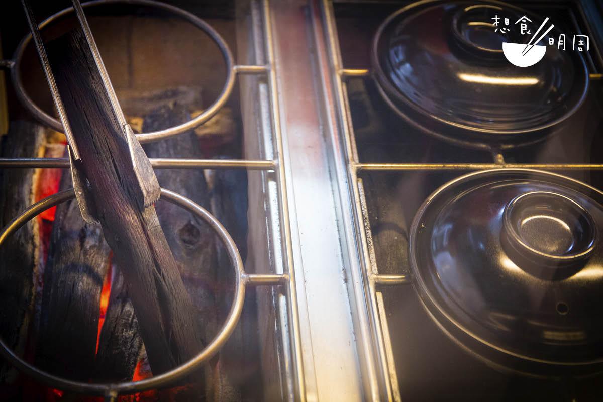 店子現時用上東南亞一級原條備長炭製作煲仔飯。比起傳統小店所用的燒烤炭,此備長炭由於較長、較完整,因此火力亦相對容易控制,令飯焦更容易成型。