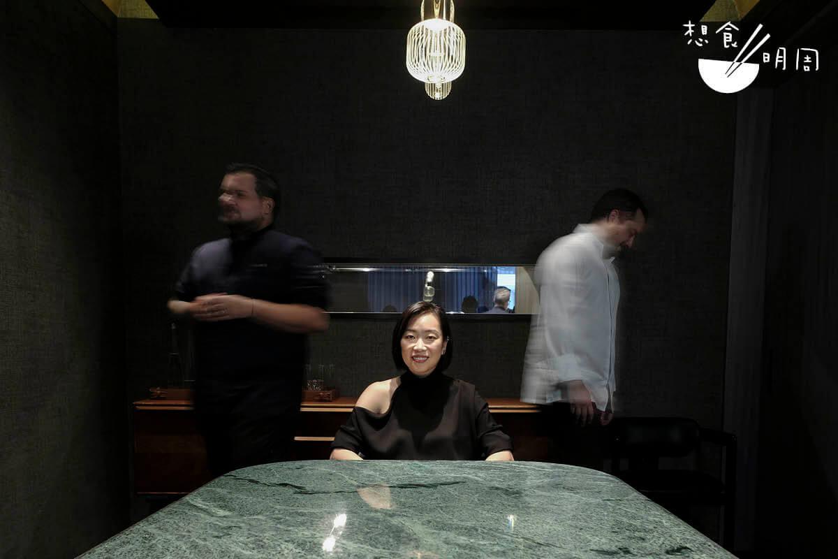 黃佩茵(中)坦言自己幸運,遇上的兩位南美籍主廚,都對事業認真、投入,因此也破格邀請他們成為餐廳合夥人。