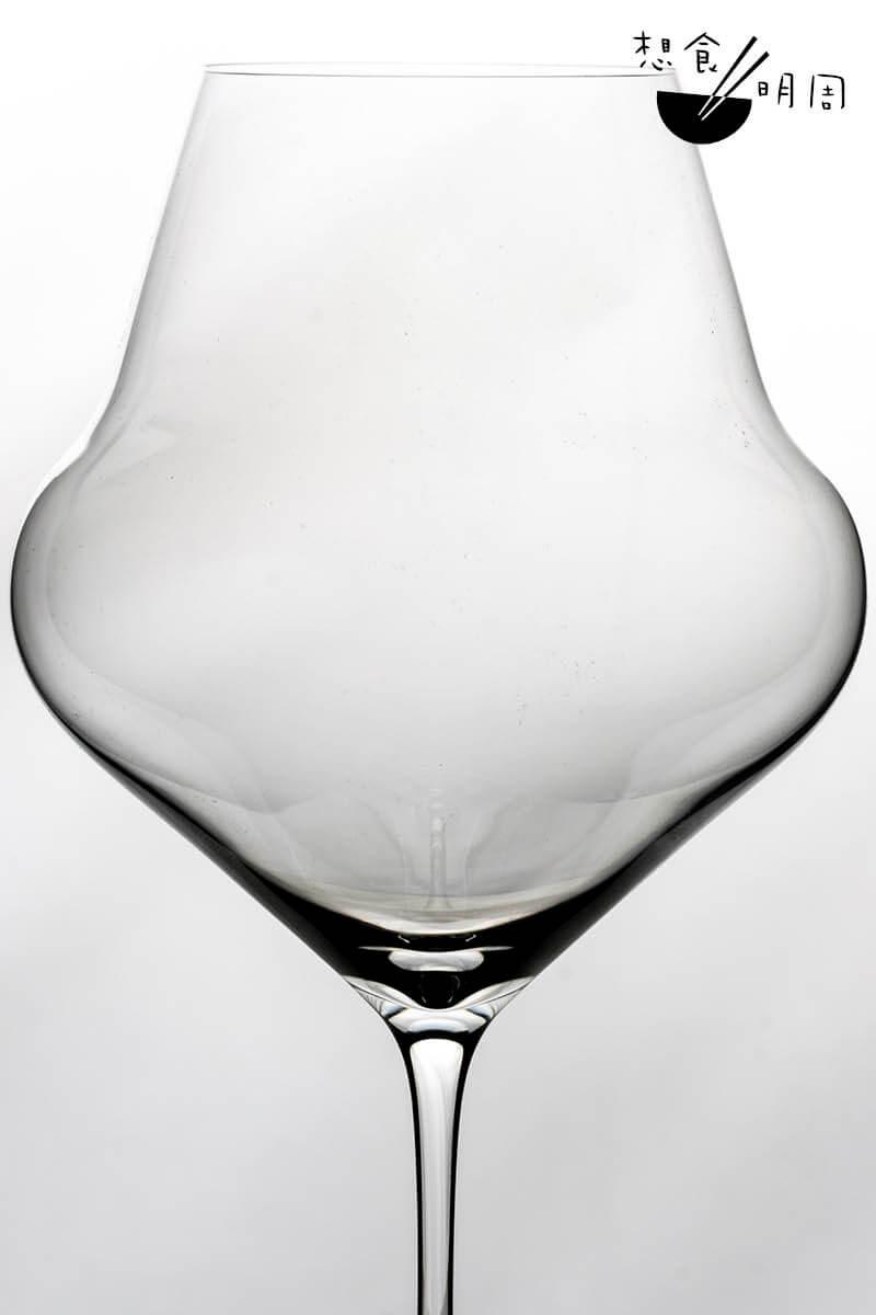 「氣」:杯身呈圓錐形,方便旋轉、醒酒。杯口設計能集中香氣,平衡酸度。