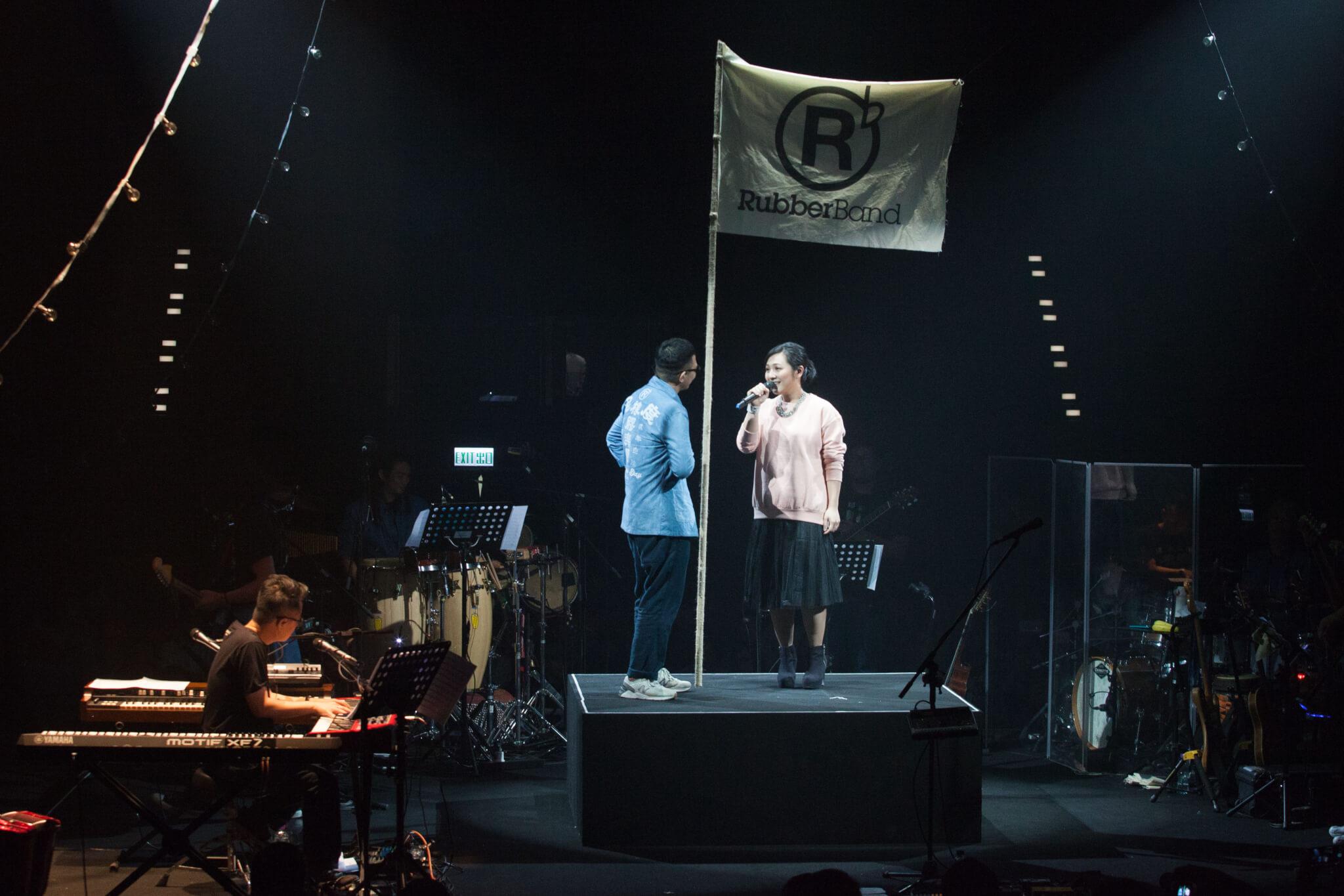 6號與太太呂甜(Tim Lui),於2016年的「呢度」音樂會中合唱〈slow & easy〉。