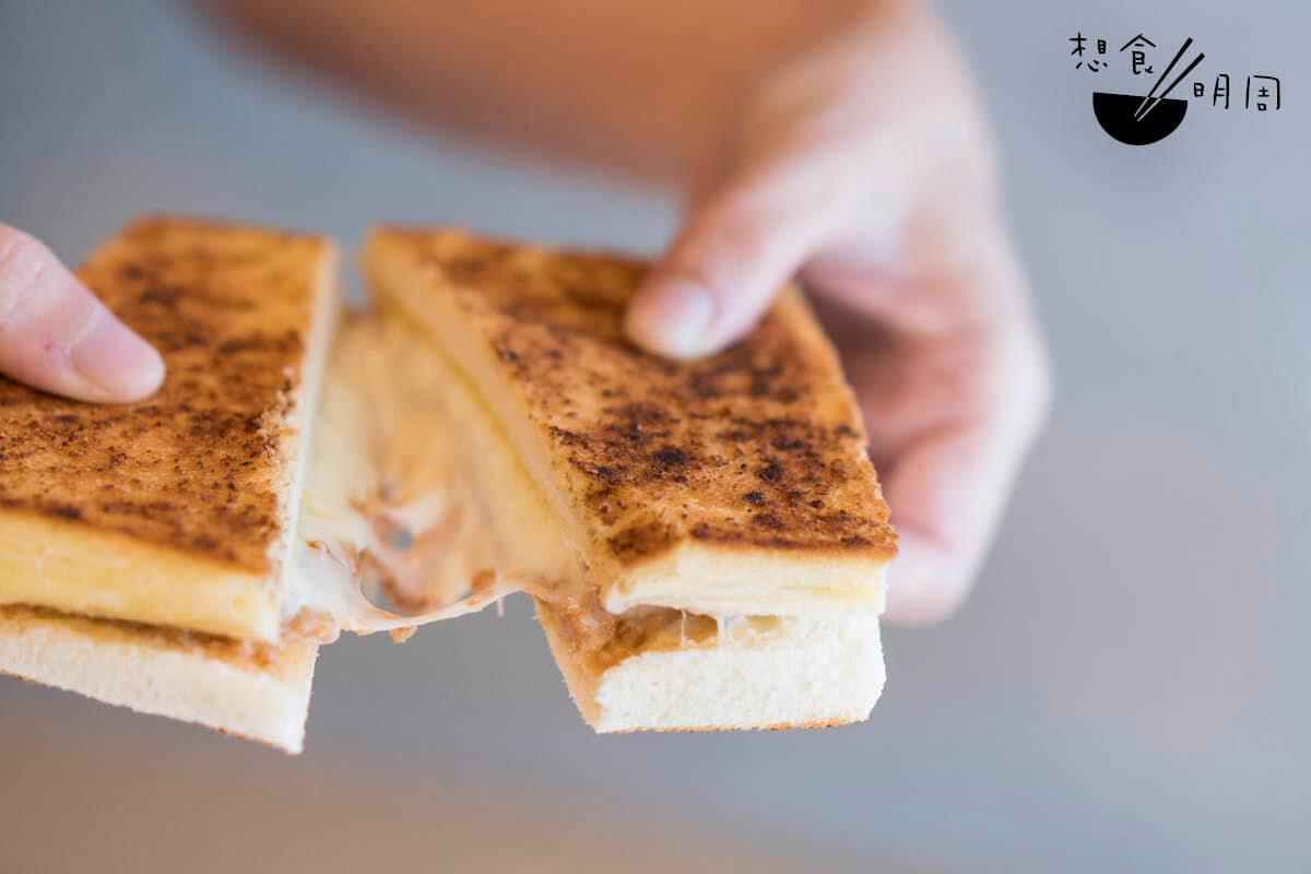 烘土匪芝士三文治//屬新店限定早餐。招牌土匪香料撒在白麵包上,並以炸醬及芝士作餡料,吃來鹹美惹味。另可將芝士換成番茄。($31,連飲品)