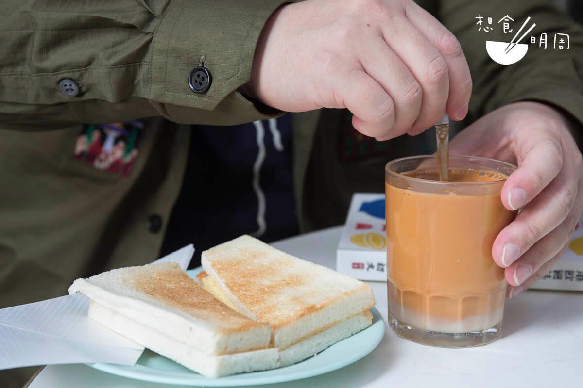一杯「茶走」加一份鮮油多,曾是他學生時代放學後的下午茶。